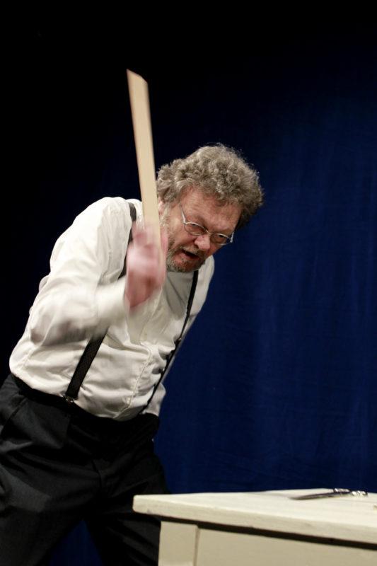 Gammel mann vifter med linjal