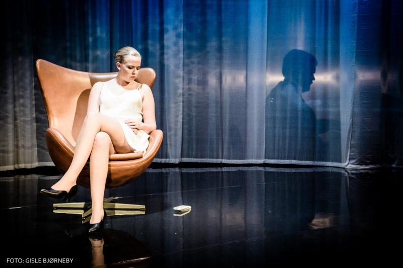 dame sitter i lenestol
