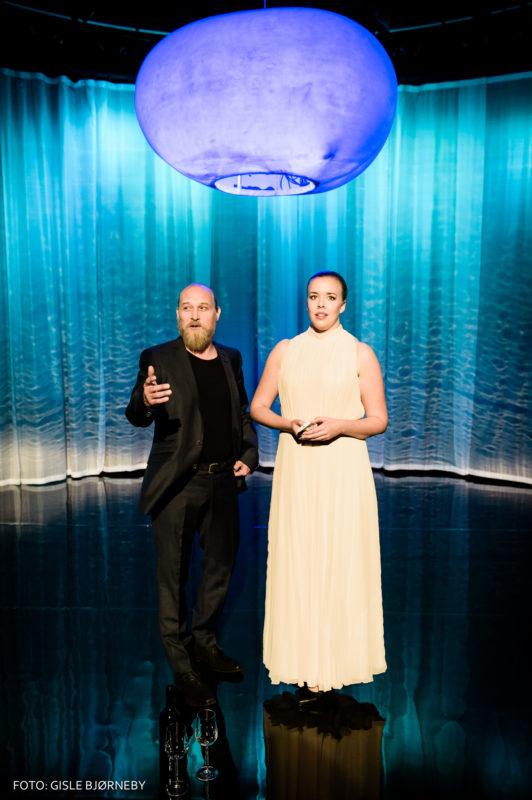 mann og dame står under lanterne