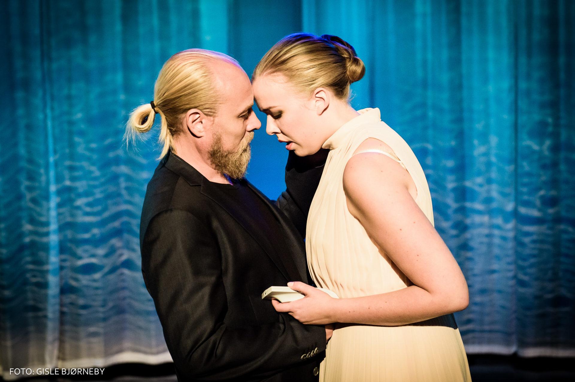 mann og dame omfavner hverandre