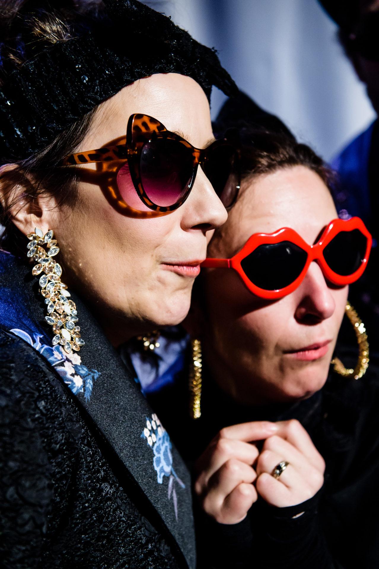 To damer med solbriller