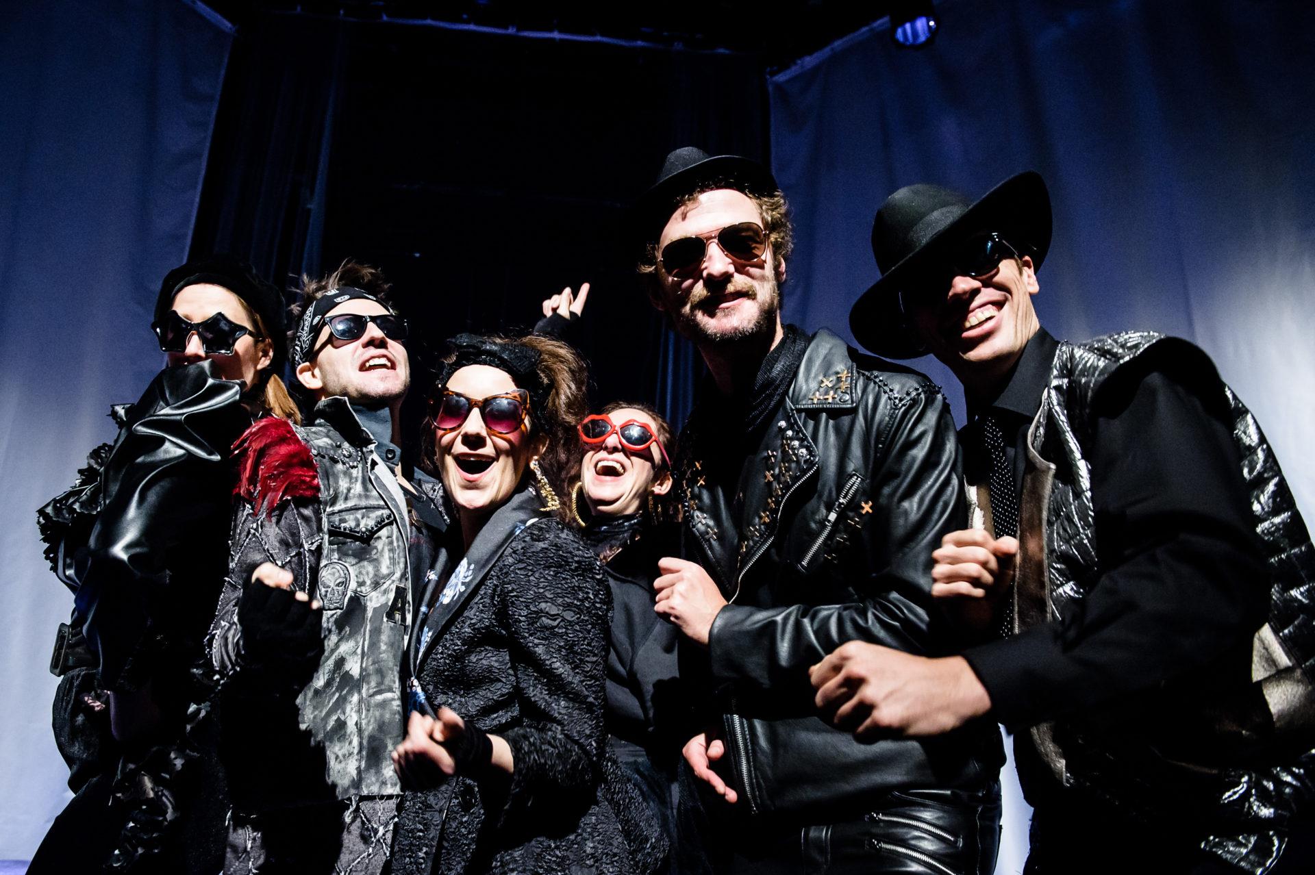 gruppe mennekser i svarte kostymer