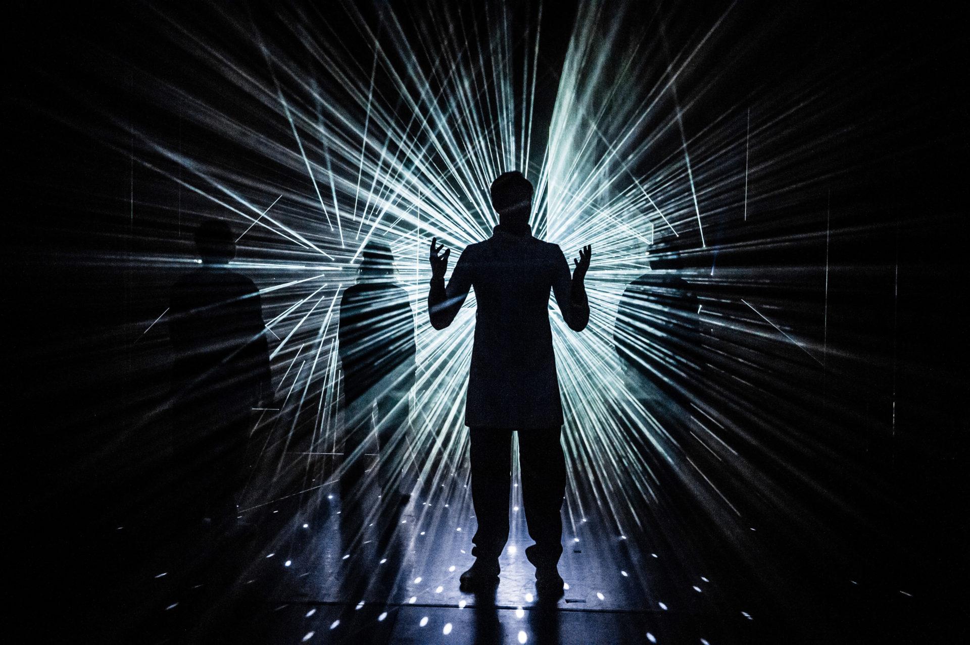 mannskikkelse foran laser