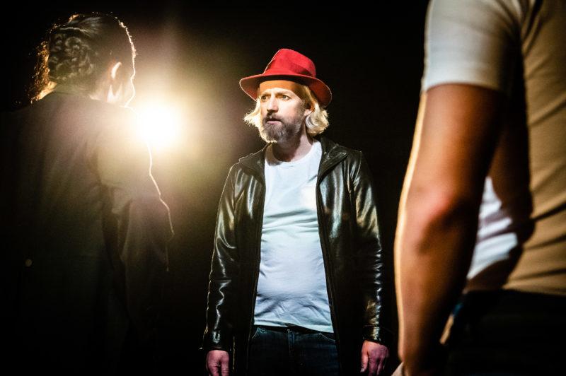 Mann med rød hatt