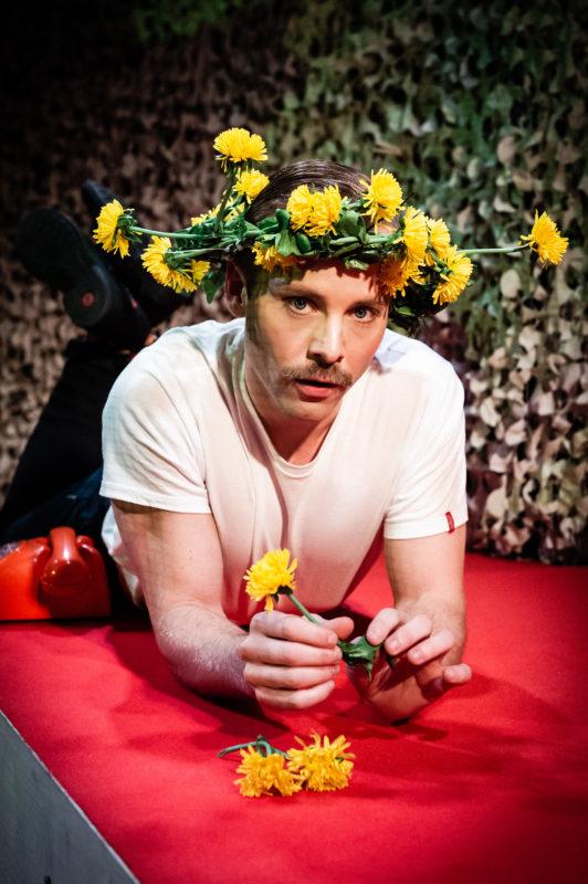 Mann med blomsterkrans