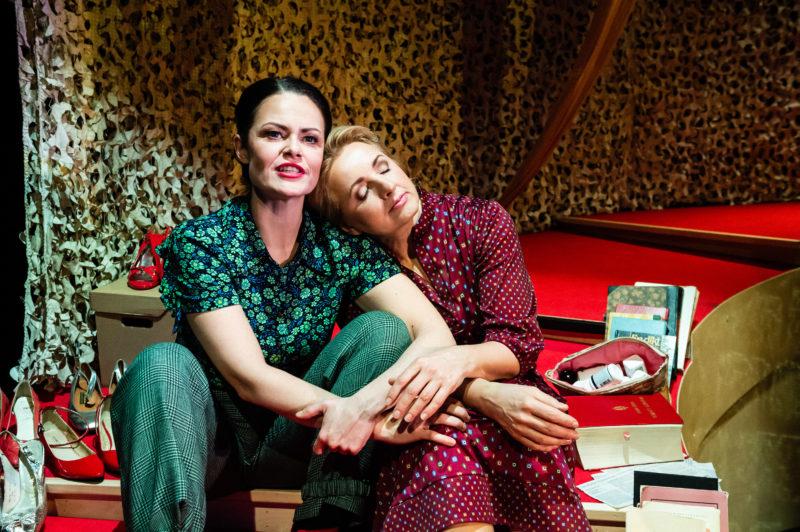To damer sitter sammen