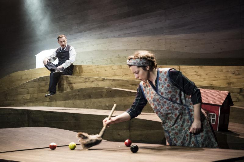 Mann ser på kvinne som tørker støv