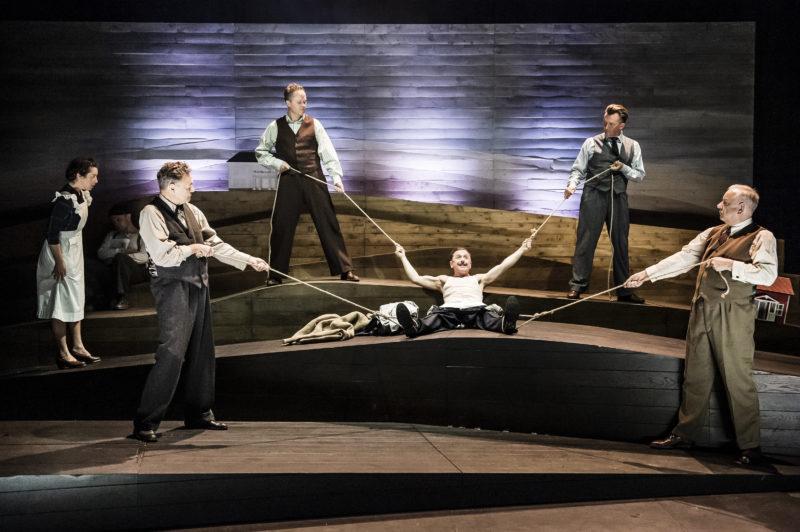 En mann er bundet av fire andre menn