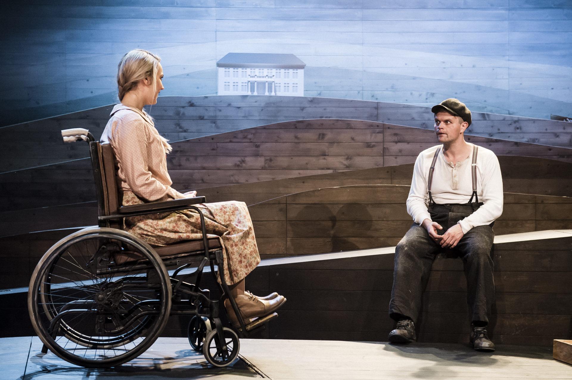 Ung dame i rullestol med ung mann
