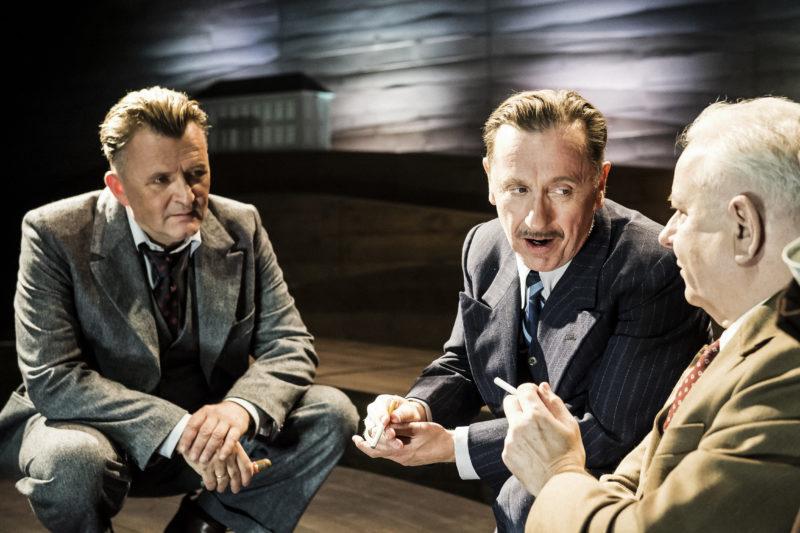 Tre menn i diskusjon
