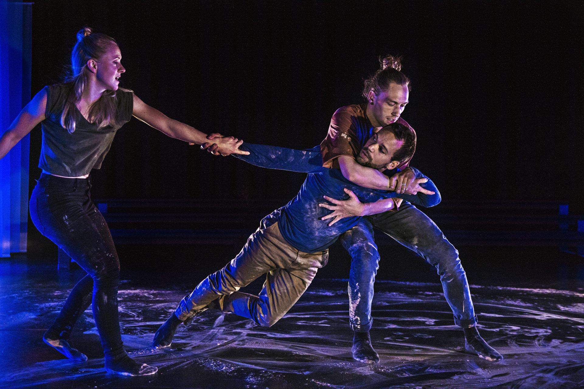 Tre personer danser