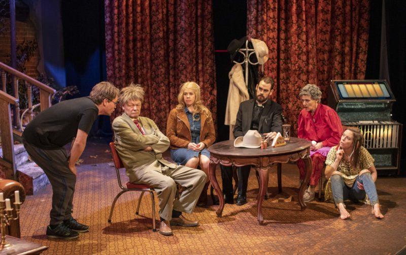 Seks skuespillere rundt et bord