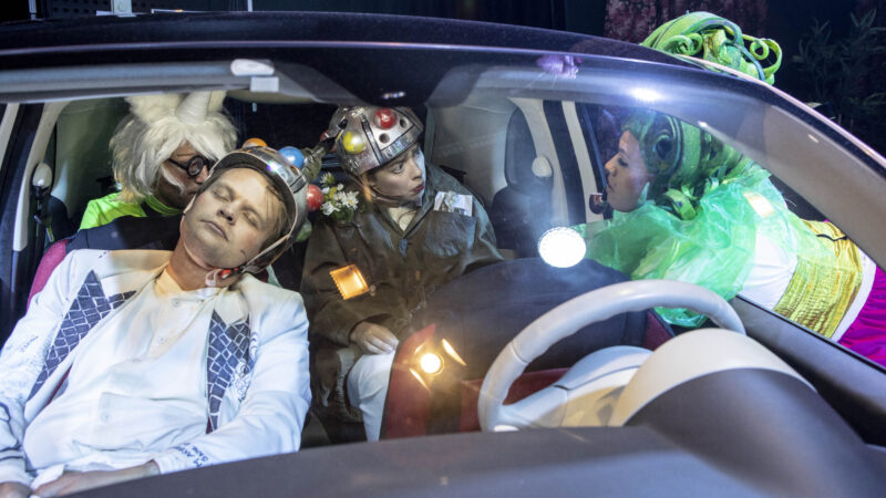 folk inne i en bil