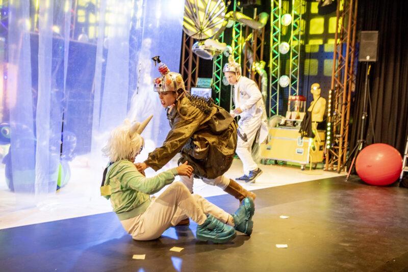 Scene fra Skjæra tå seg hue