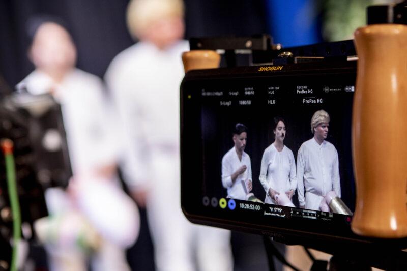 tre menn sett gjennom et videokamera