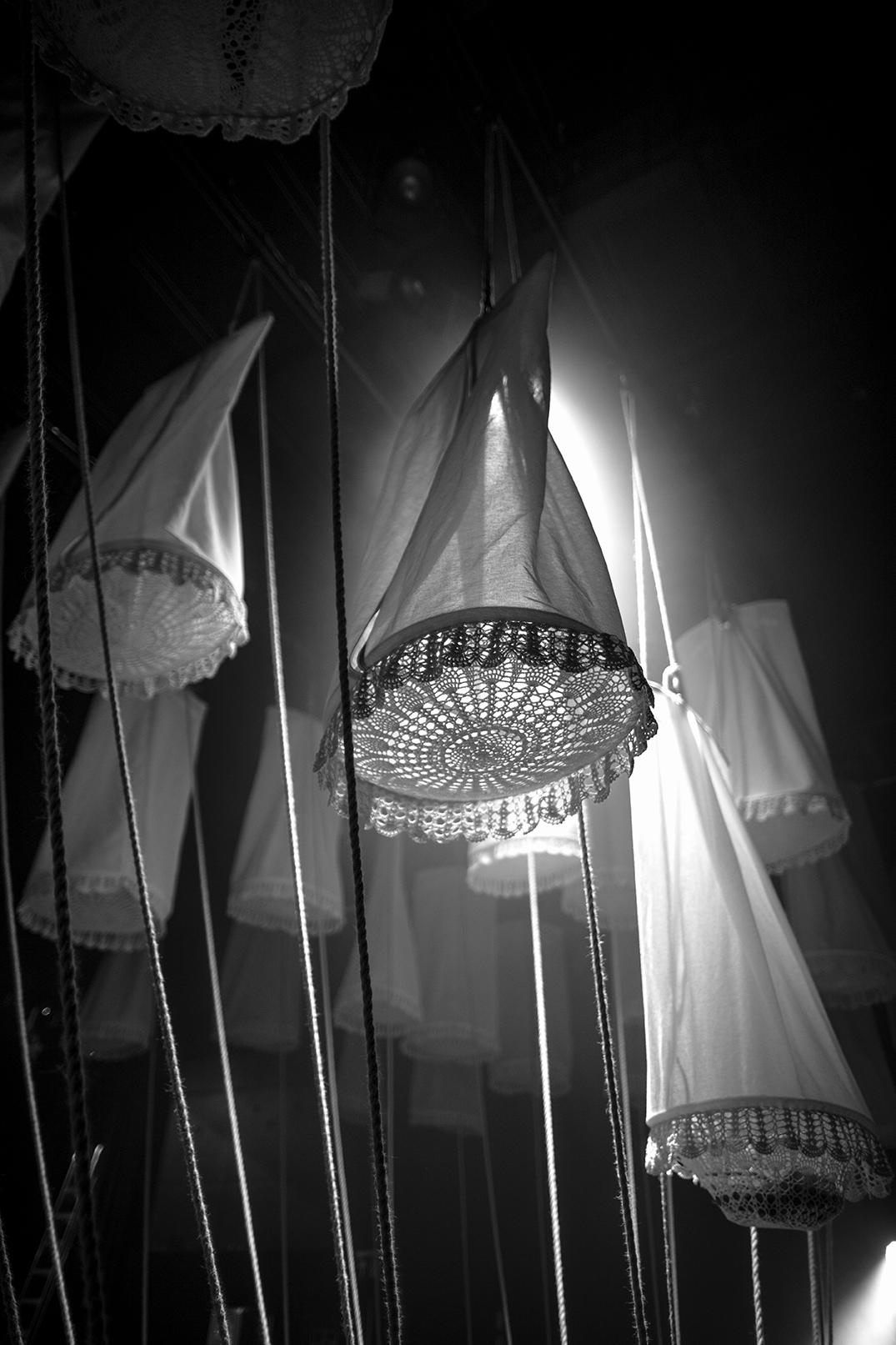 Lanterner og tau som henger fra tak