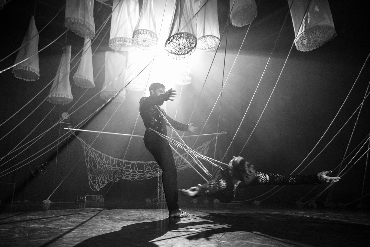 Menn danser under lanterner