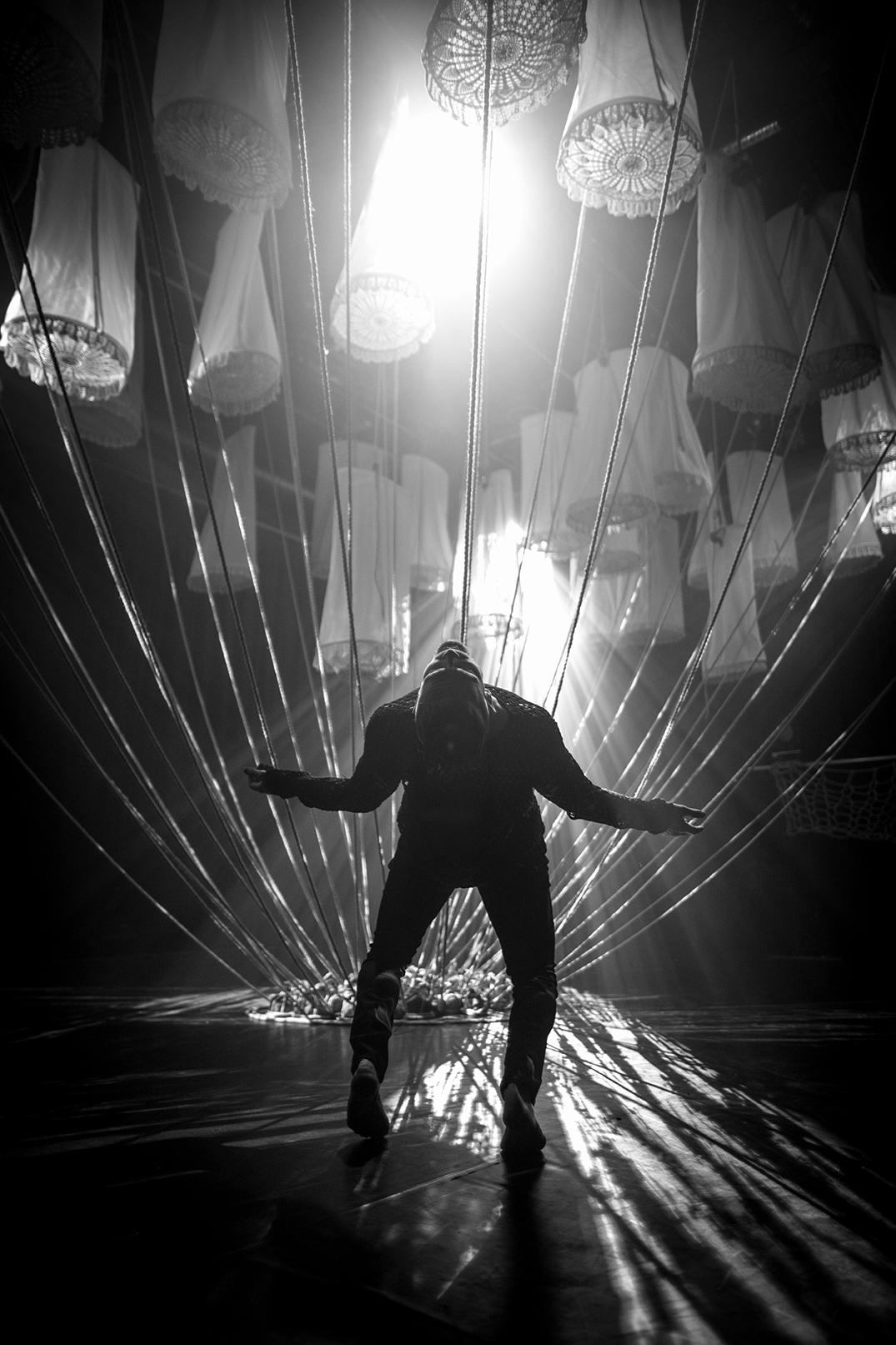 Mann danser under lanterner