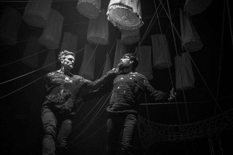 To menn danser under lanterner