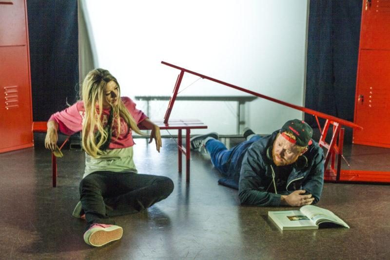 ung mann og dame snakker på gulvet