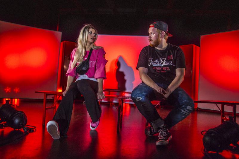 Ung mann og dame sitter sammen