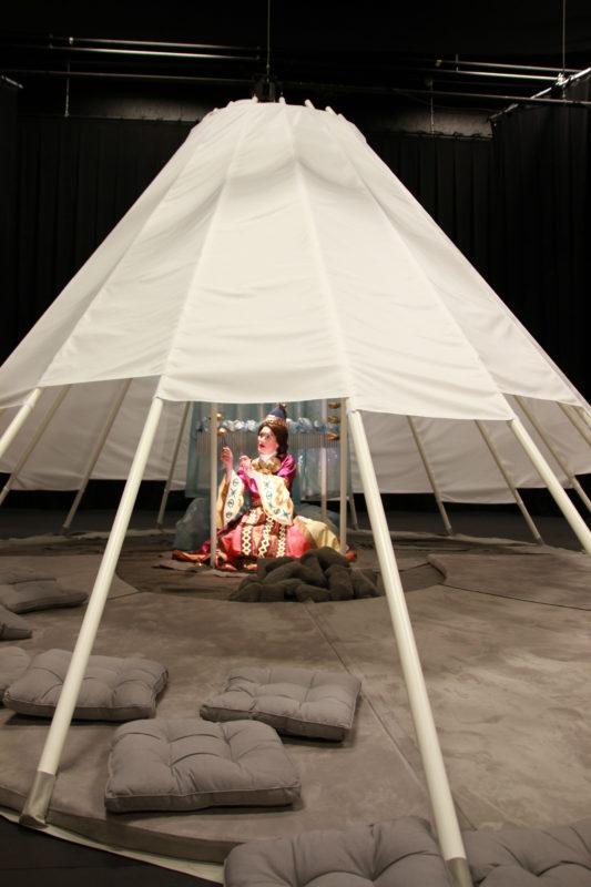 dame sitter under telt