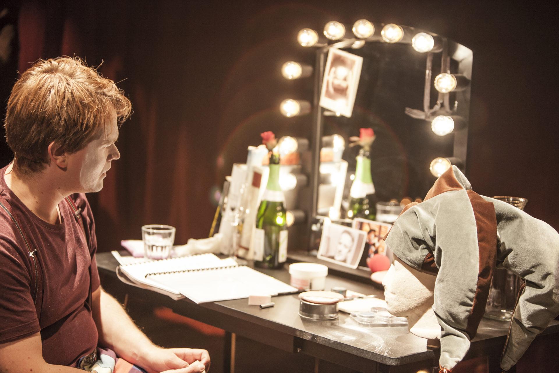Mann ser på seg selv i speilet
