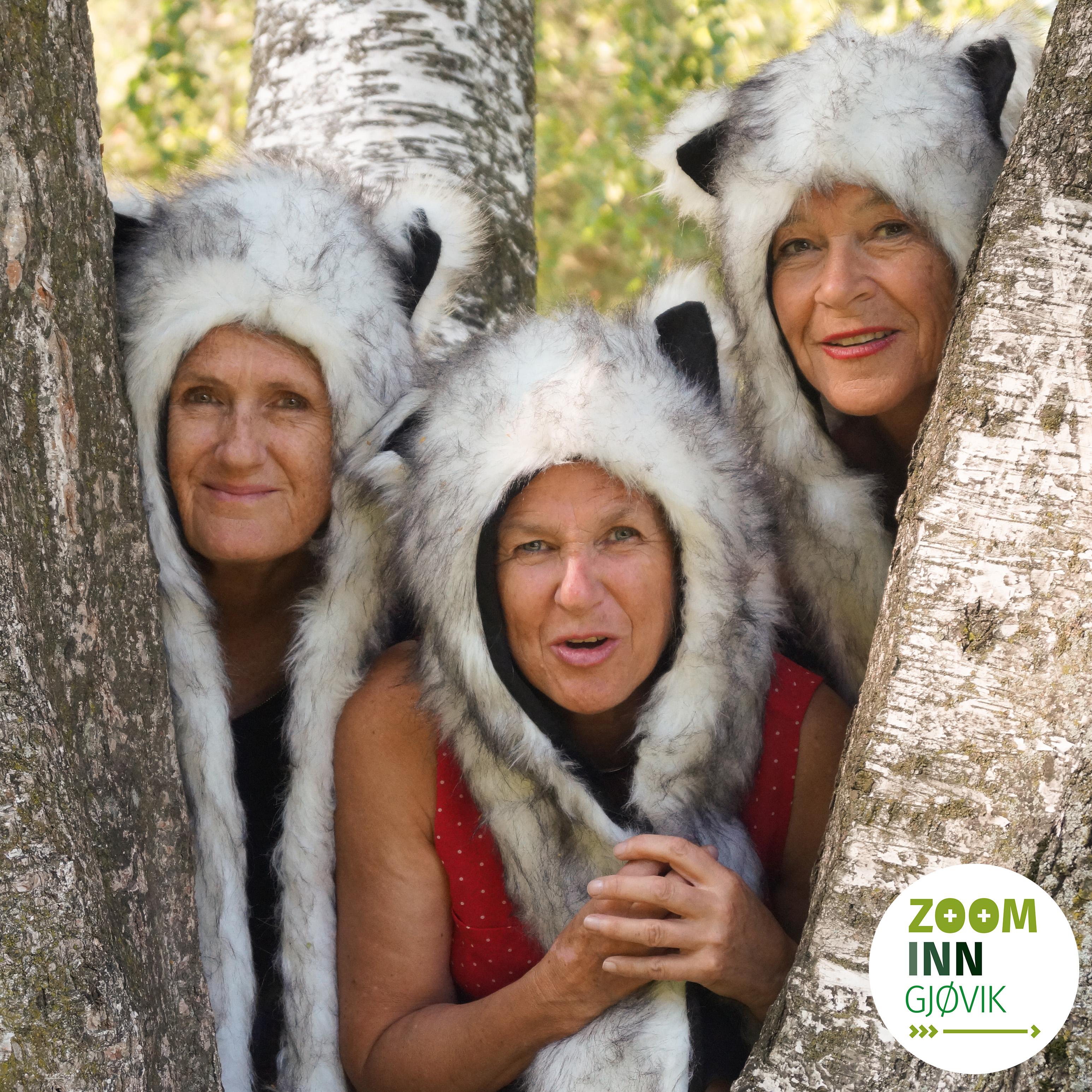 Tre damer utendørs med ulveluer på