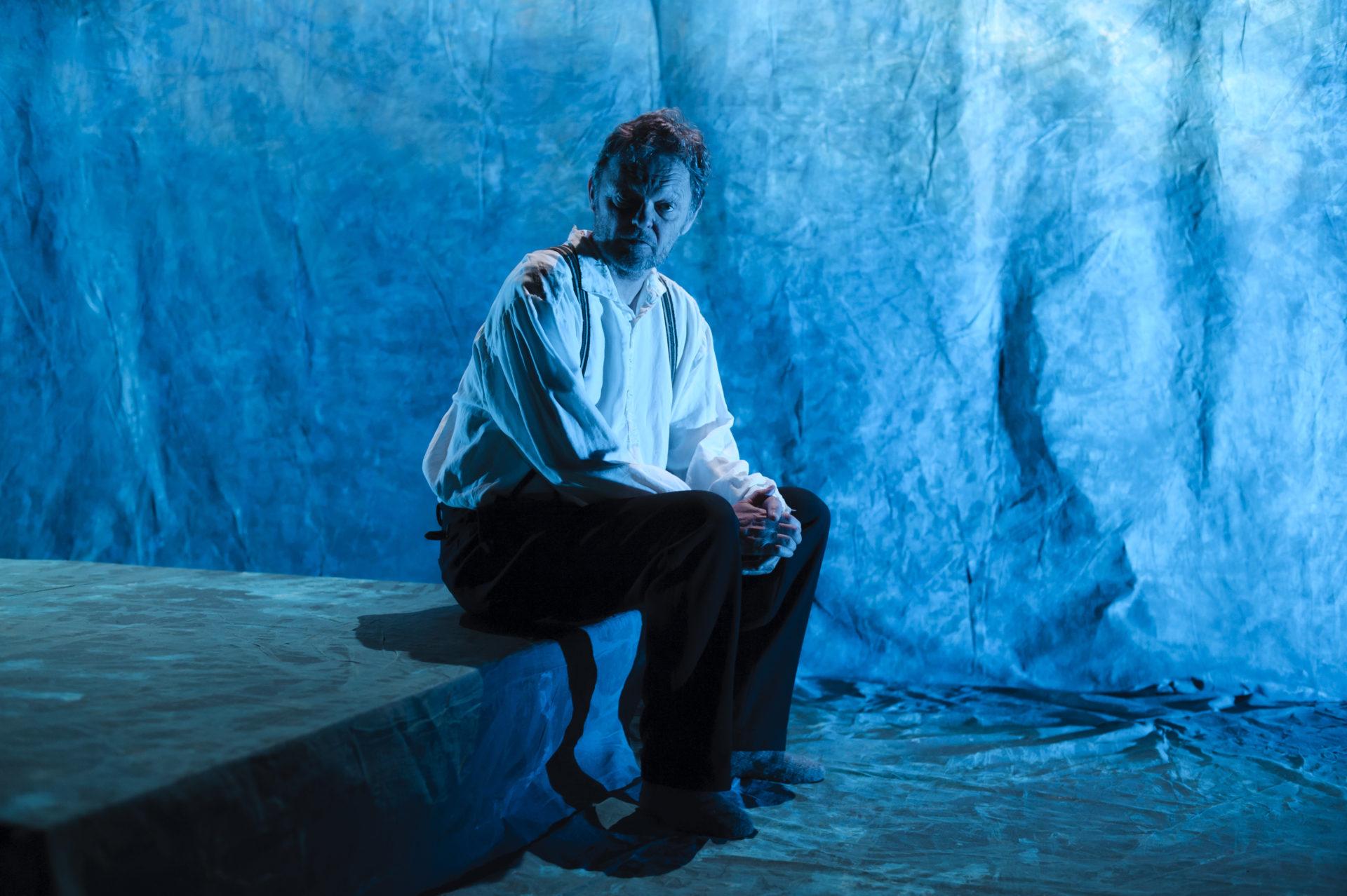 mann sitter alene