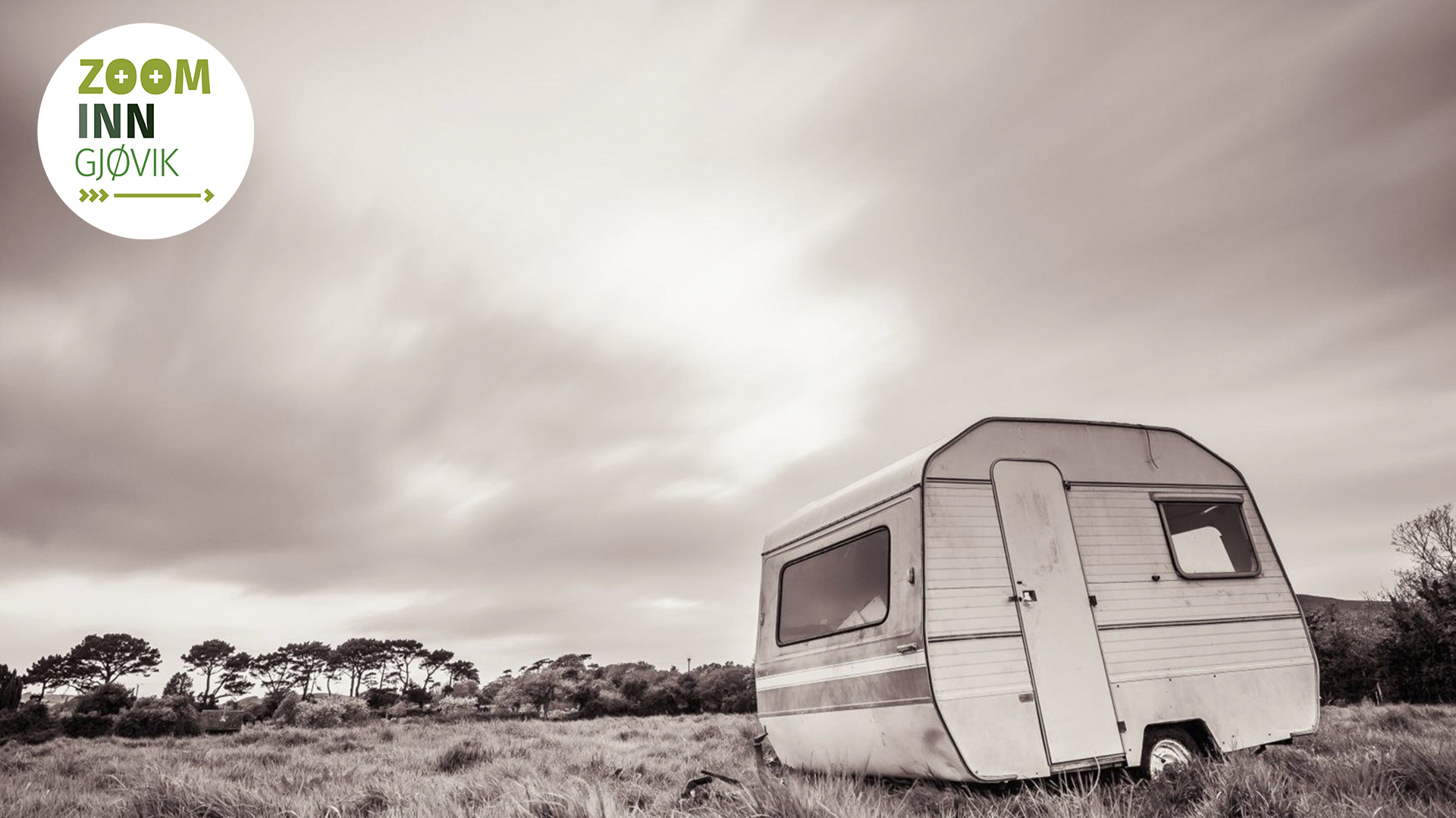 Svart-hvitt bilde av øde campingvogn