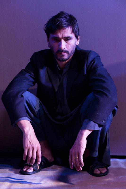 mann sitter på gulvet