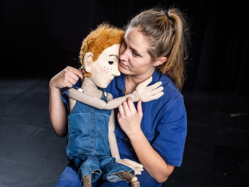 Bilde av dame som holder dukken Påsan